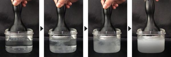 ビーカーに入れた水を油が約2分で完全に乳化♪ この実験はサロンでお見せできます。